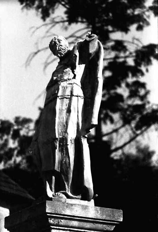 1991 р. Ліва скульптура на ґанку костелу тринітарів