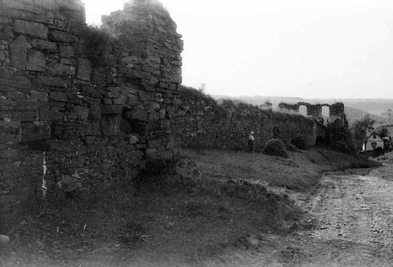 1991 р. Фрагмент башти 1, північно-східний мур і башта 2. Вигляд з південного сходу