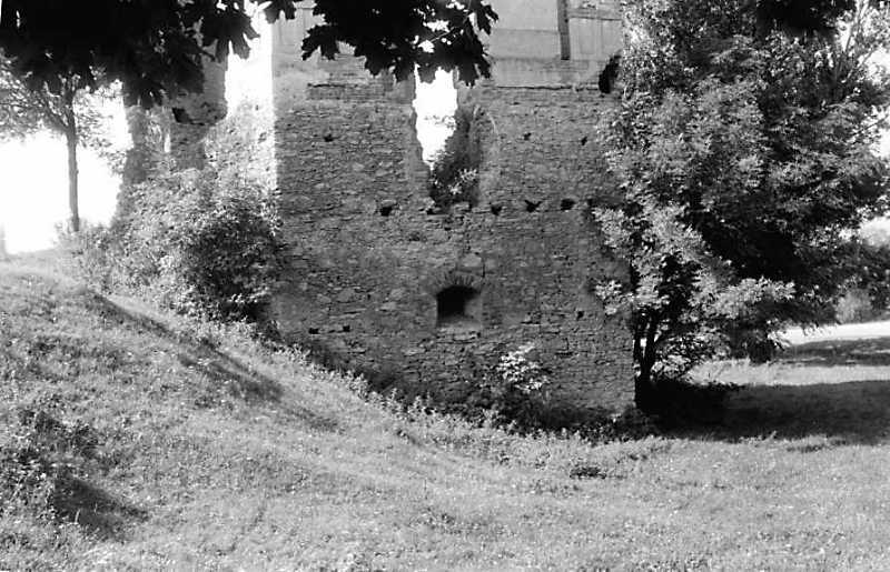 1991 р. Нижній ярус північної башти і рів. Вигляд з північного сходу