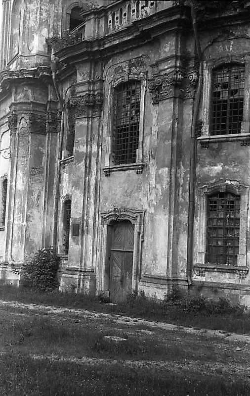 1992 р. Центральна частина головного фасаду. Вигляд з позиції А3