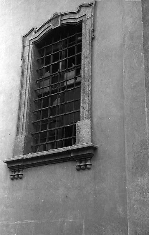 1992 р. Вікн0 вівтаря. Вигляд з позиції А1