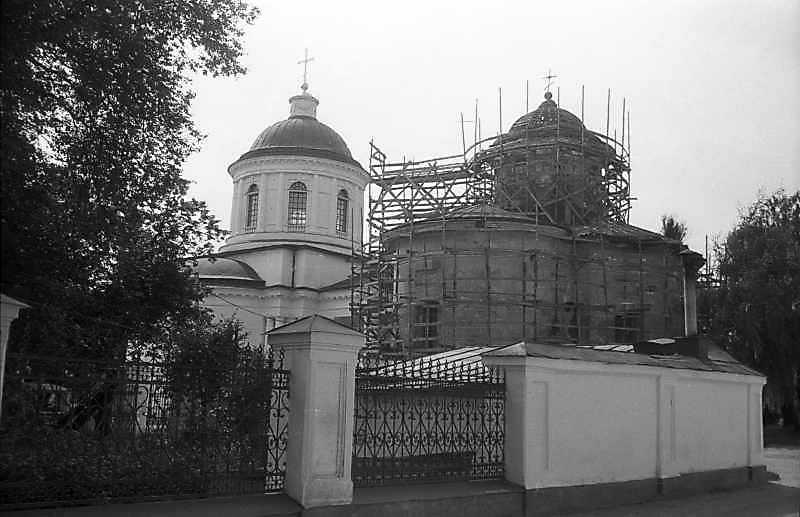 1994 р. Церкви всіх святих та Михаїла. Вигляд з північного сходу