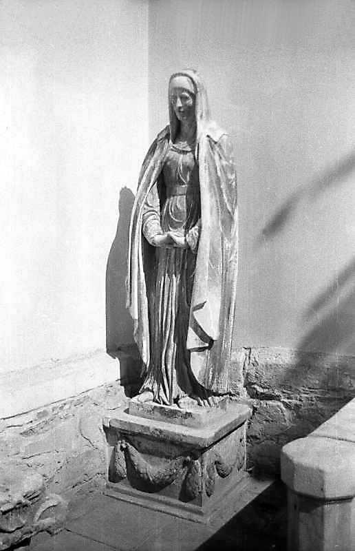 Невідома мені скульптура, стояла біля вівтаря