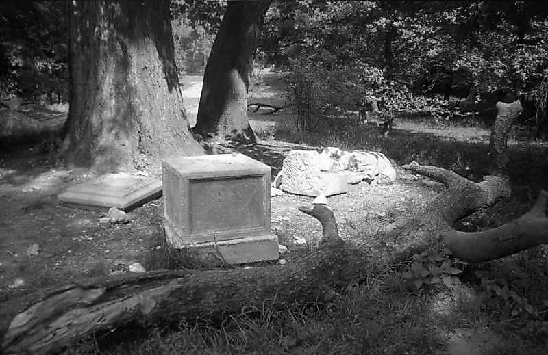 1997 р. Зруйнована фігура рицаря біля палацу