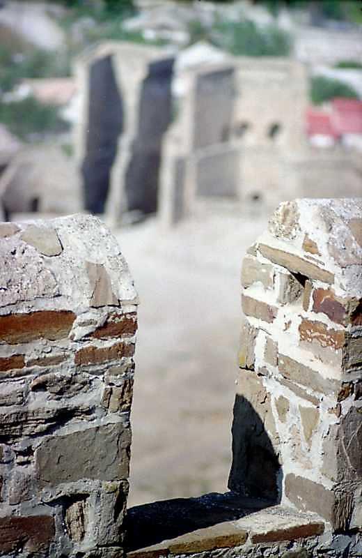 2001 р. Зубці муру на тлі Головної брами. Вигляд з півдня