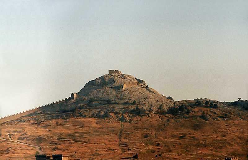 2001 р. Верх Фортечної гори з баштами № 1, 2 та Дозорною. Вигляд з півночі