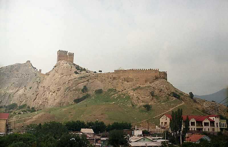 2002 р. Консульський замок і східна частина нижнього ярусу оборони. Вигляд зі сходу