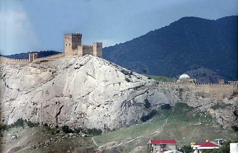 2002 р. Георгіївська башта, Консульський замок, мечеть. Вигляд з південного сходу