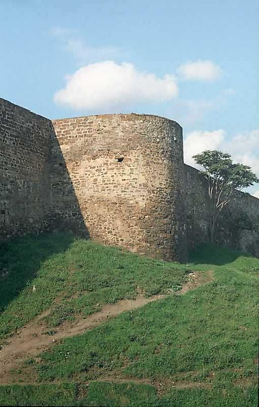 Півкругла башта