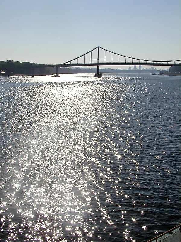 2005 р. Сонячна доріжка на Дніпрі з видом на Пішохідний міст