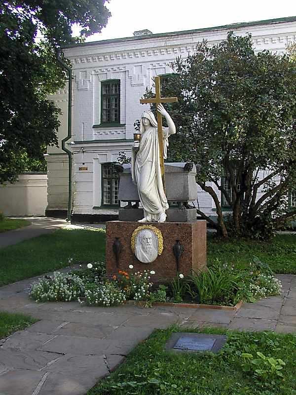 Надгробок О.Іпсіланті у південно-західному дворі