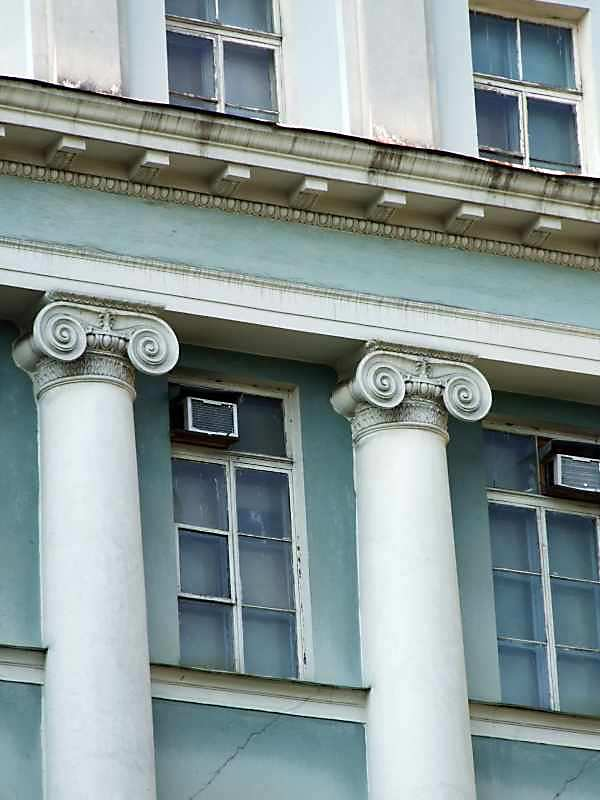 Іонічні колони