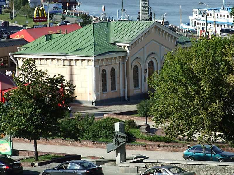 2007 р. На передньому плані – пам'ятний знак трамваю; в центрі – поштова станція; на тлі…