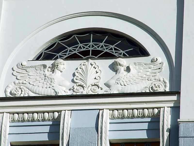 Півциркульне вікно 5-го поверху