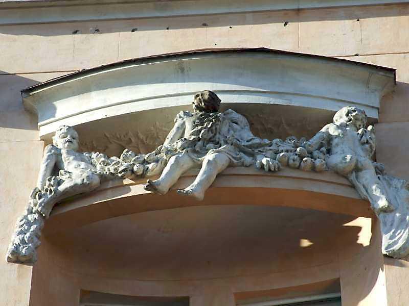 Скульптурна група балкону 5-го поверху