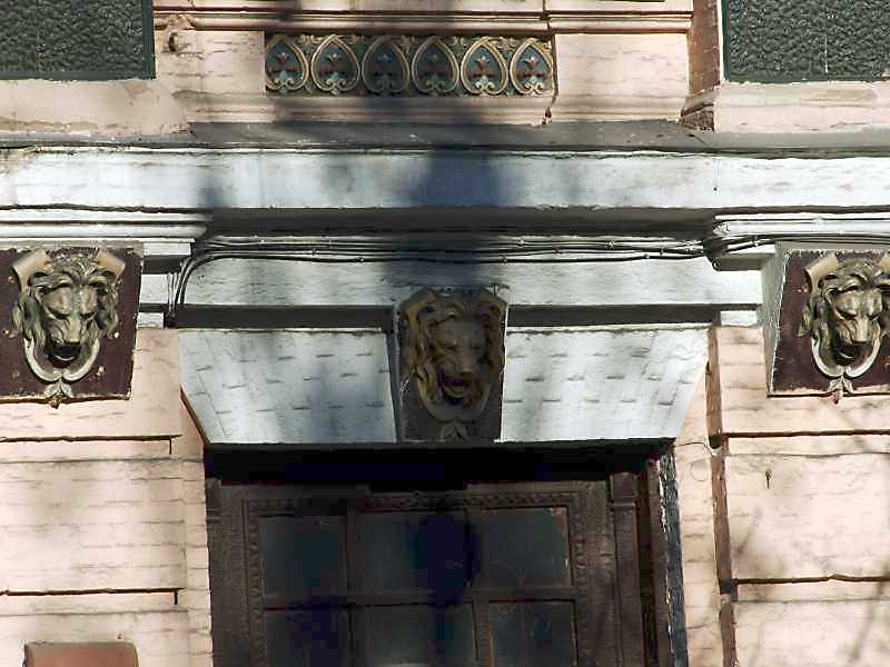 Маскарони над входом