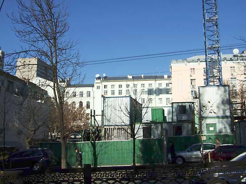 2008 р. Початок будівництва (в глибині – рожевий будинок № 32)