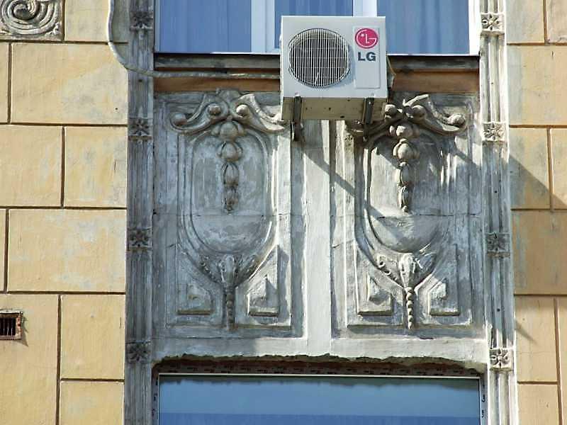 Рельєфна вставка між 3 і 4 поверхами