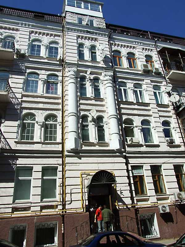 2009 р. Центральна частина фасаду по вул. о.Гончара