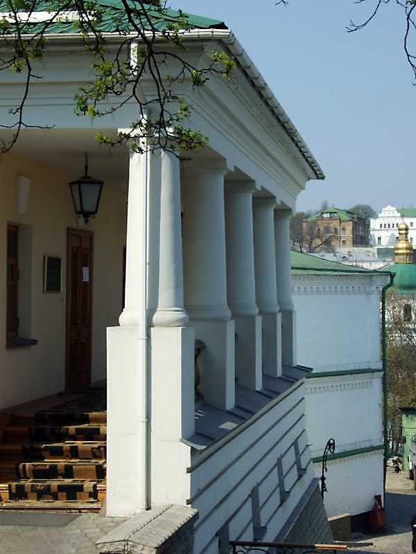 Портик східного фасаду