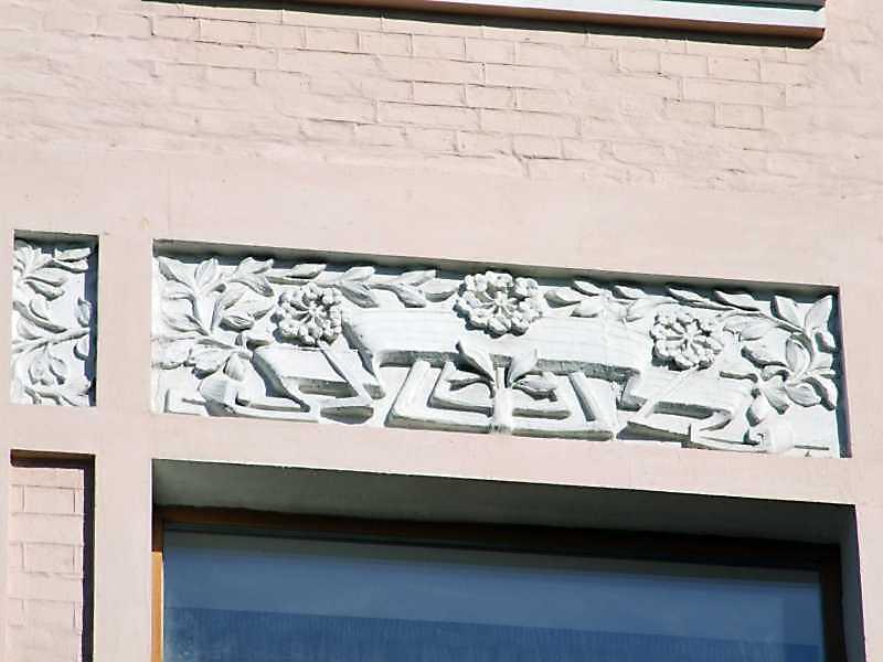 Рельєфна вставка над вікном 3-го поверху