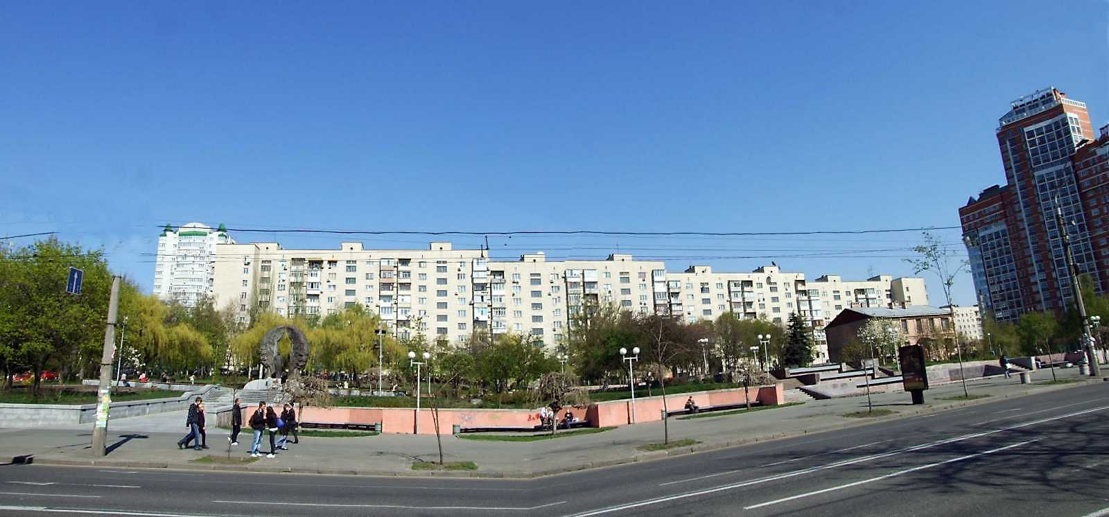 2009 р. Панорама кварталу між вул. Тверською і(зліва) і Ковпака (справа) на тлі житлового…