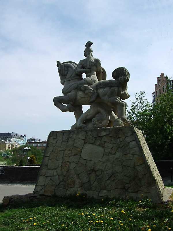 Пам'ятник князю Святославу (№ 22, у дворі)