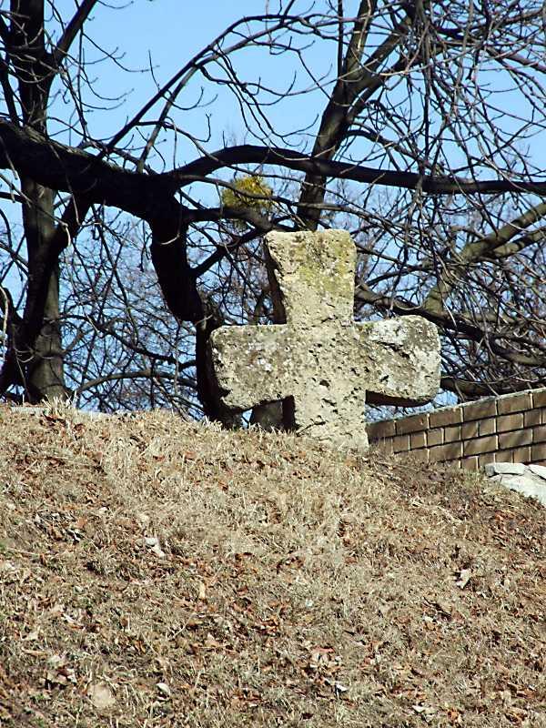 2011 р. Хрест на схід від південного корпусу. Вигляд з півдня
