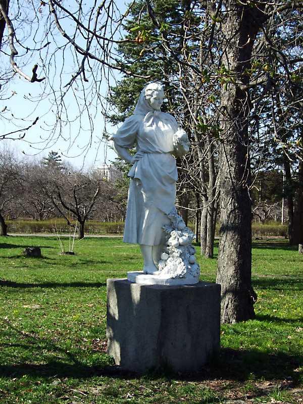 """2011 р. Скульптура """"Дівчина з яблуками"""""""