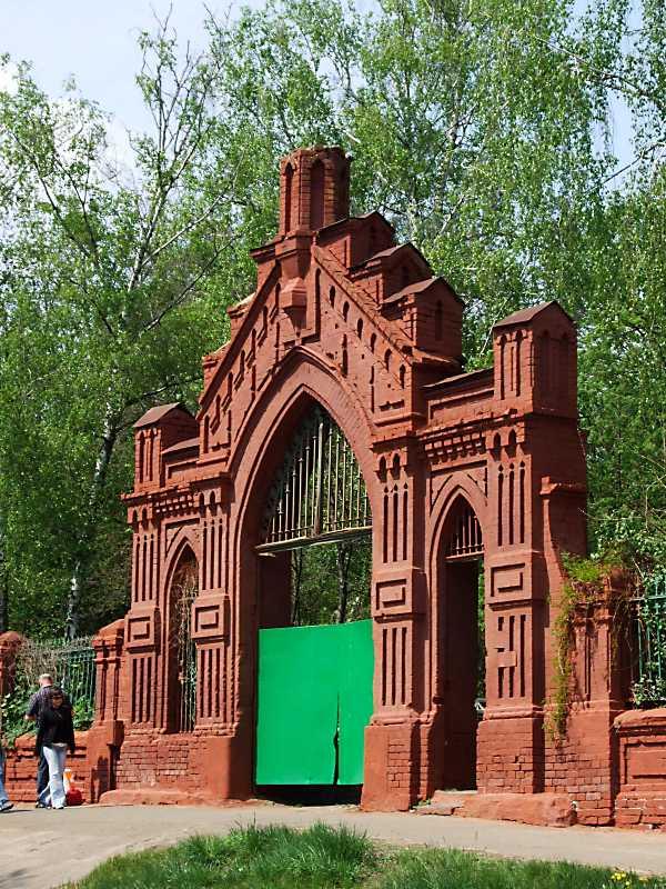 Брама німецького цвинтаря