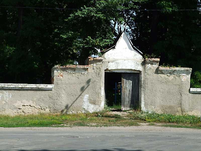 2011 р. Брама цвинтаря