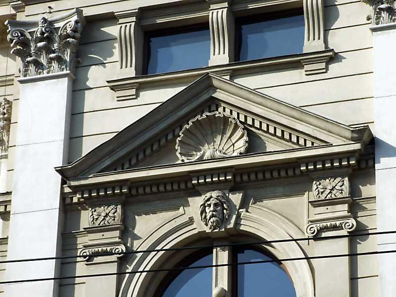 Арка з маскароном чоловіка і фронтон вікна
