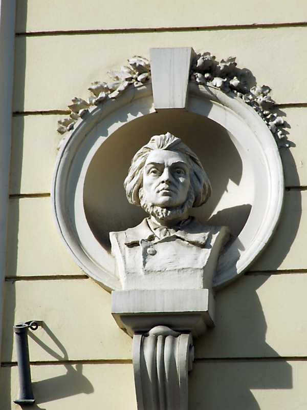 Бюст А. Міцкевича в ніші