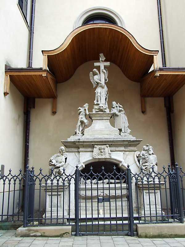 2012 р. Скульптурний надгробок біля північної стіни. Вигляд з півночі