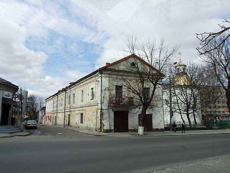 2012 р. Братський будинок і церква Воздвиження. Вигляд з південного сходу