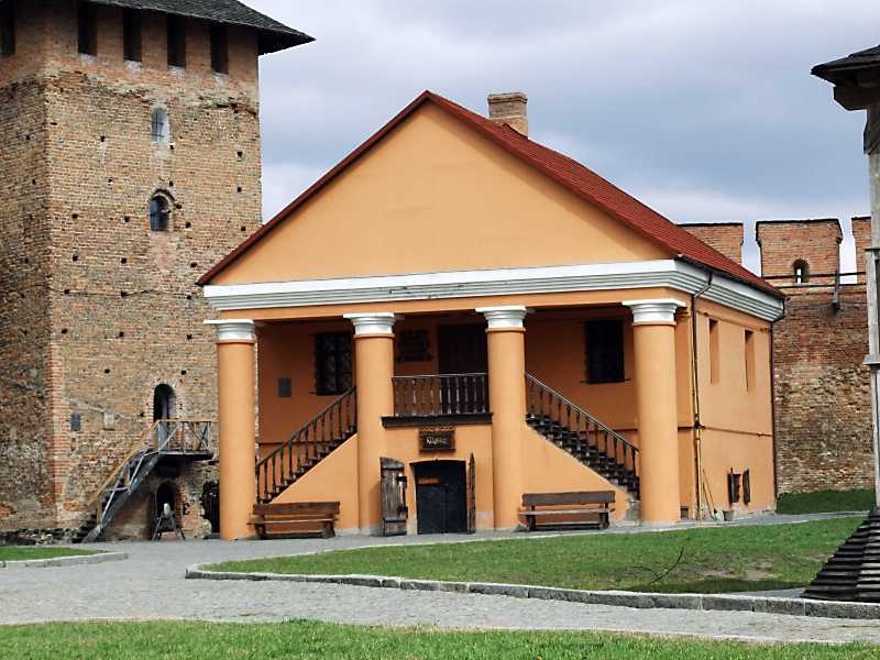 Єпископський будинок