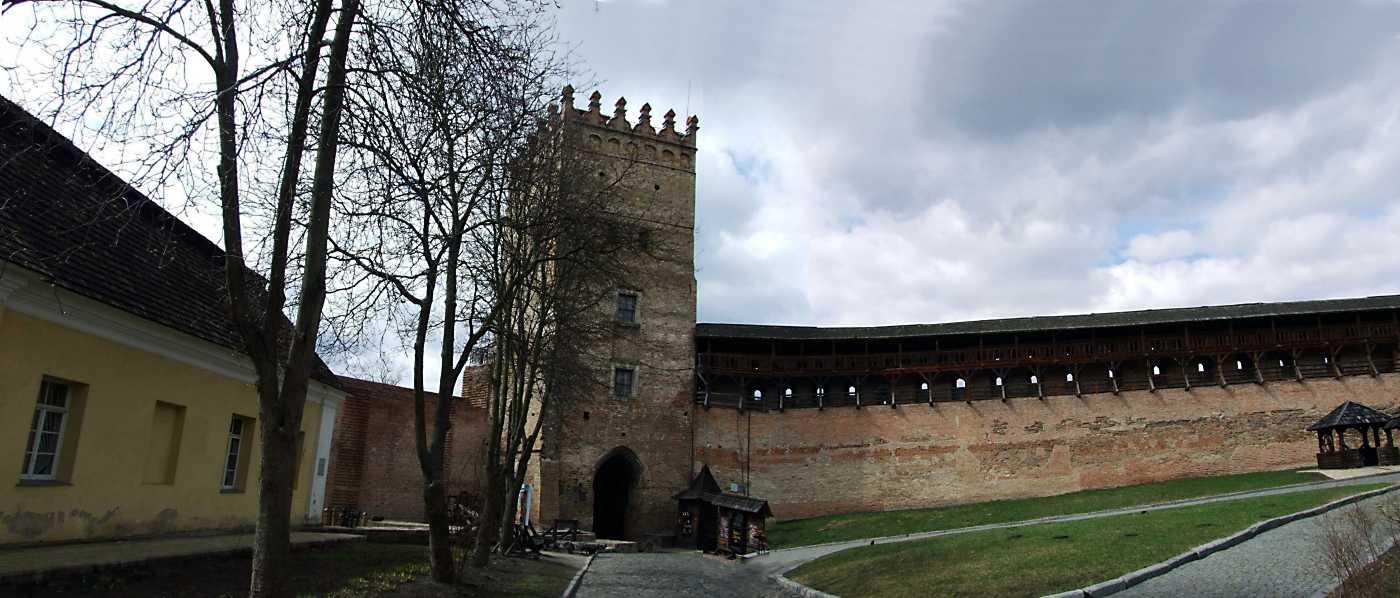 2012 р. Панорама західної частини замку. Вигляд зі сходу