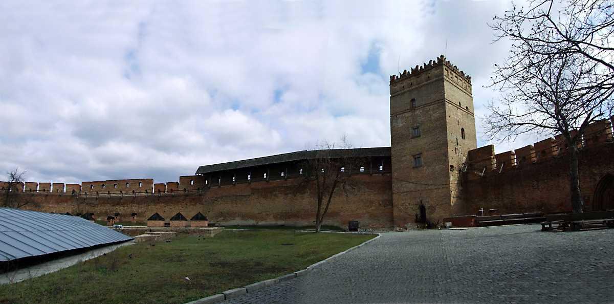 2012 р. Панорама південно-східної частини замку. Вигляд із заходу