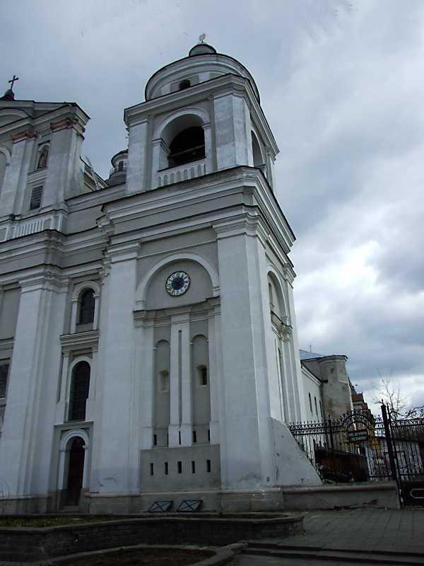 2012 р. Башта костелу і корпус келій в ракурсі. Вигляд з північного заходу