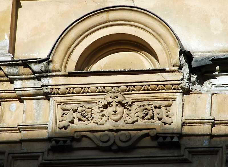 Фронтон над вікном 2-го поверху