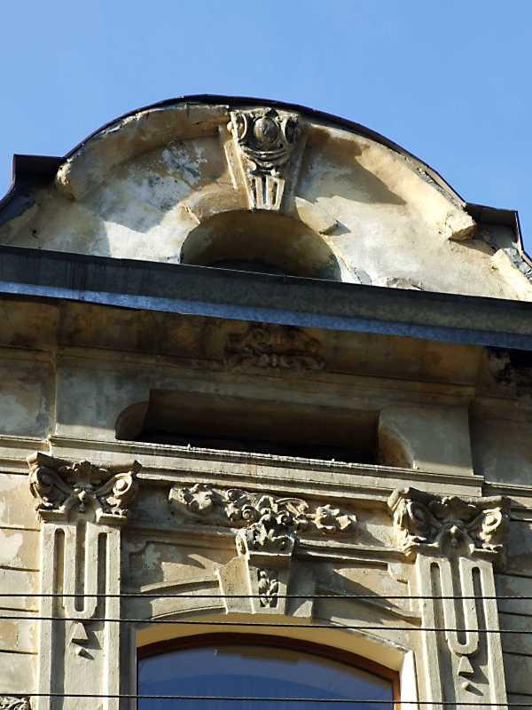 Рельєф над вікном 3-го поверху та фронтон
