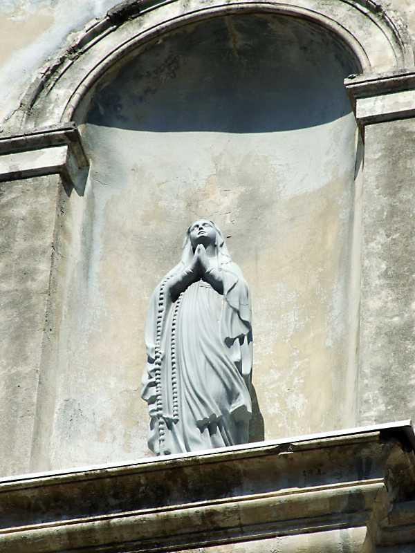 2013 р. Скульптура богородиці в ніші