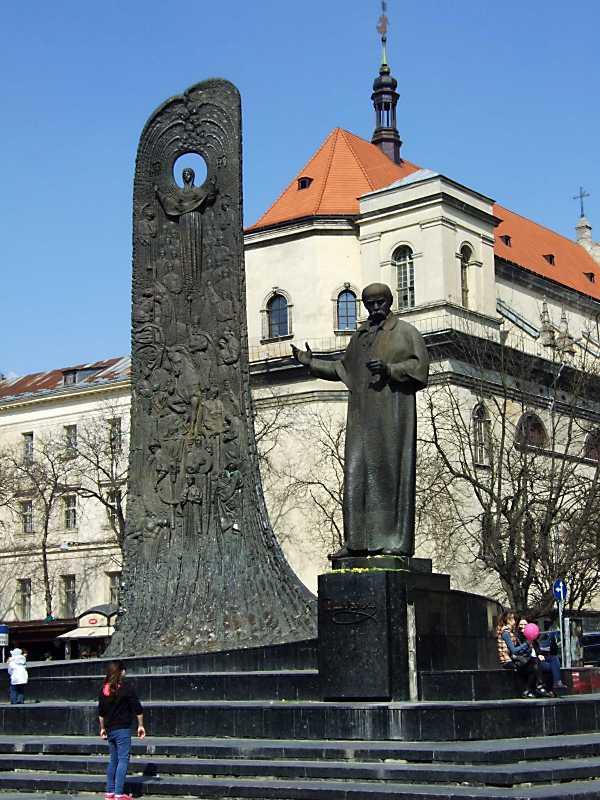 Пам'ятник Т. Шевченку на тлі костелу єзуїтів