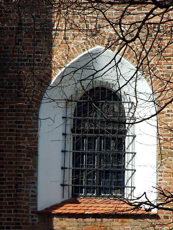 Вікно в нижньому ярусі нави