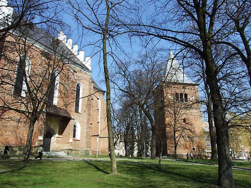 2013 р. Фрагмент костелу та дзвіниця. Вигляд із заходу