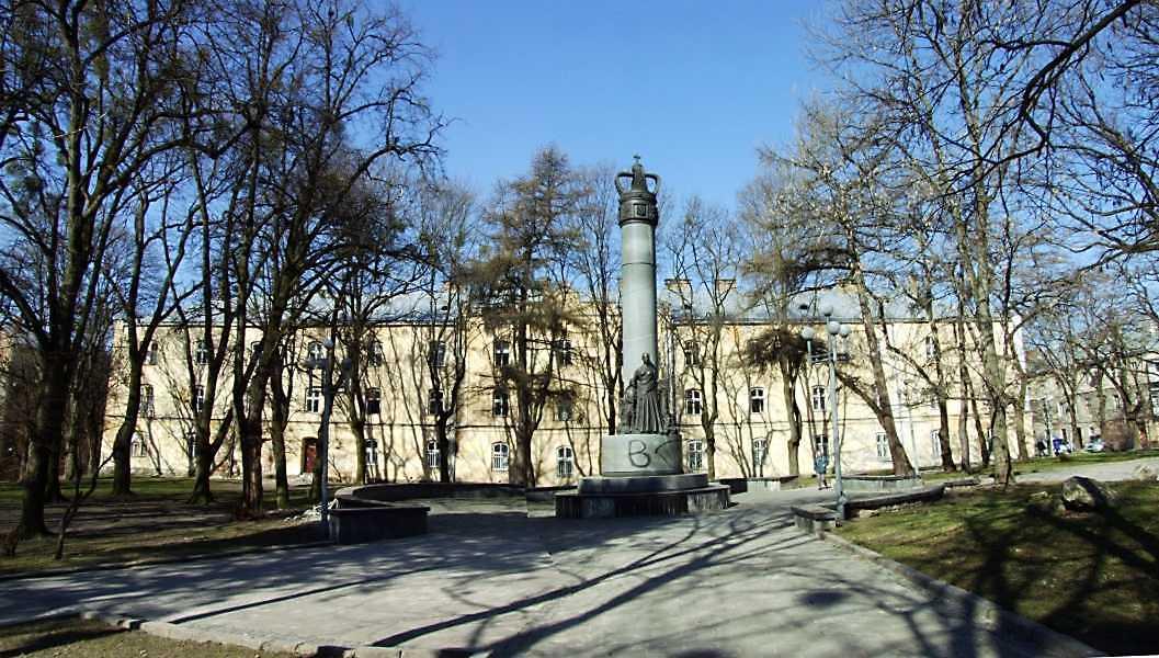 2013 р. Панорама площі з пам'ятником на тлі будинку по вул. Лисенка 12