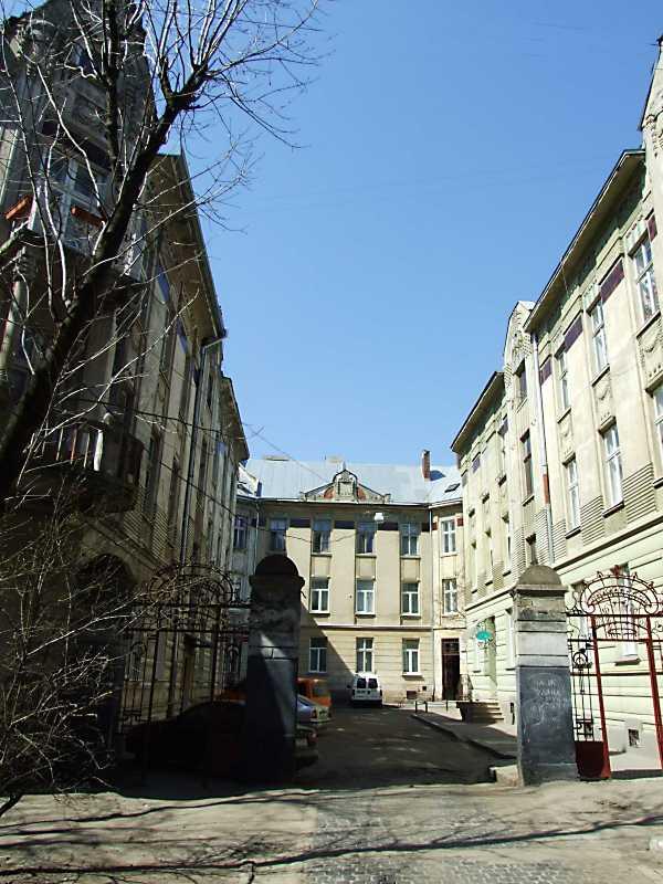 2013 р. Двір між будинками 10 (ліворуч) та 8 (праворуч)
