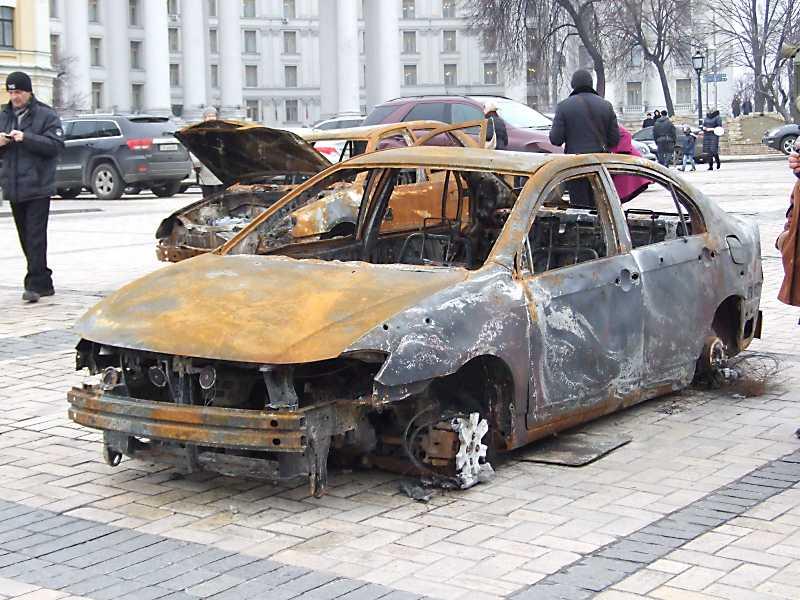 Знищений автомобіль з Маріуполя