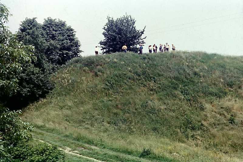 1988 р. Вал і проїзд з боку поля до дитинця