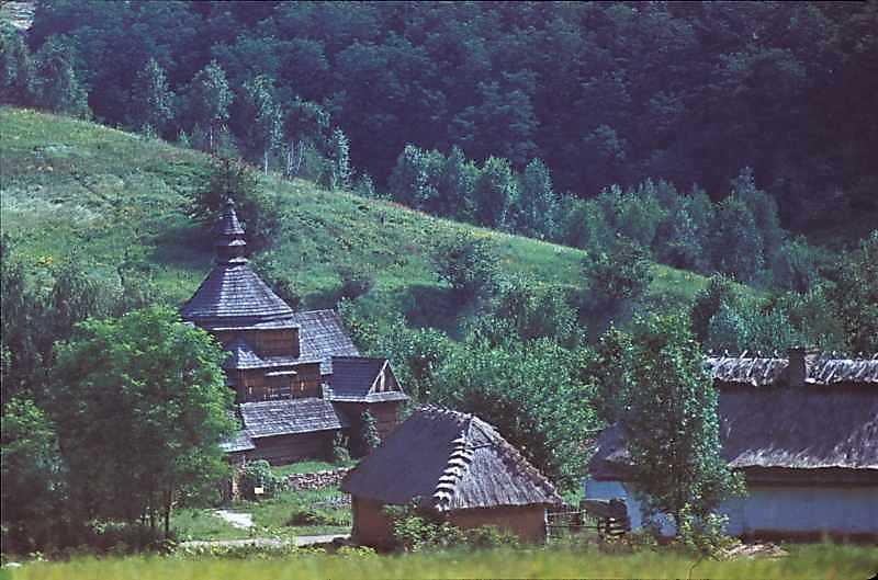1985 р. Церква і садиба із Яришева. Вигляд з південного заходу